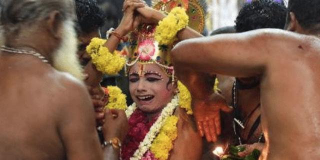 I bambini umiliati e infilzati con un gancio di ferro per il rito del Kuthiyottam