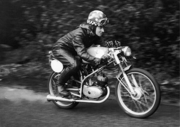 Theresa Wallach e le donne che non posano accanto alle moto, ma le guidano