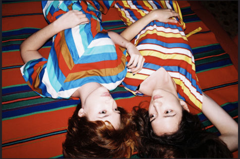 """""""Sisters"""": 10 scatti di Lukasz Wierzbowski sull'essere sorelle"""