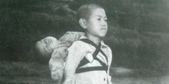 Joe O'Donnell e il bambino di Nagasaki con il fratellino morto sullo spalle