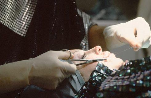 23 immagini estreme di ORLAN, l'artista che ha fatto della chirurgia arte
