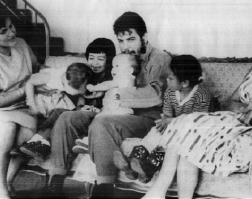 """""""Sapevi chi ero. Amami, ma capiscimi"""": la solitudine delle donne di Che Guevara"""