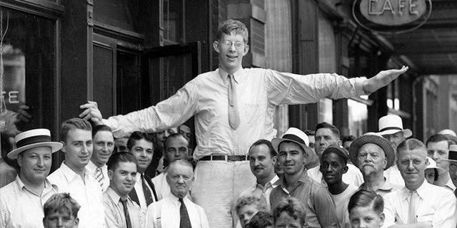 Robert Wadlow, la storia e le foto surreali dell'uomo più alto del mondo