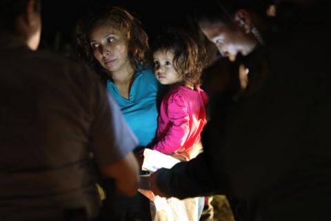 Le lacrime dei bambini messicani messi in gabbia e divisi dai genitori dall'America