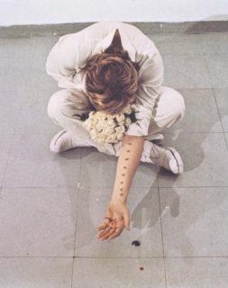 Perché Gina Pane si tagliava il corpo e lasciava scorrere il sangue