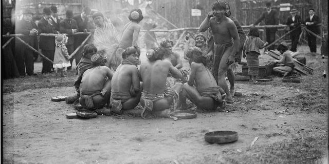 """Gli """"zoo umani"""": quando i popoli """"selvaggi"""" erano pezzi esotici da mettere in mostra"""