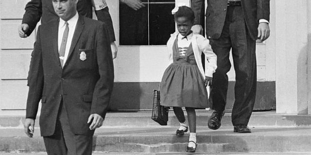Il primo giorno di scuola di Ruby Nell Bridges, insultata dai genitori dei compagni