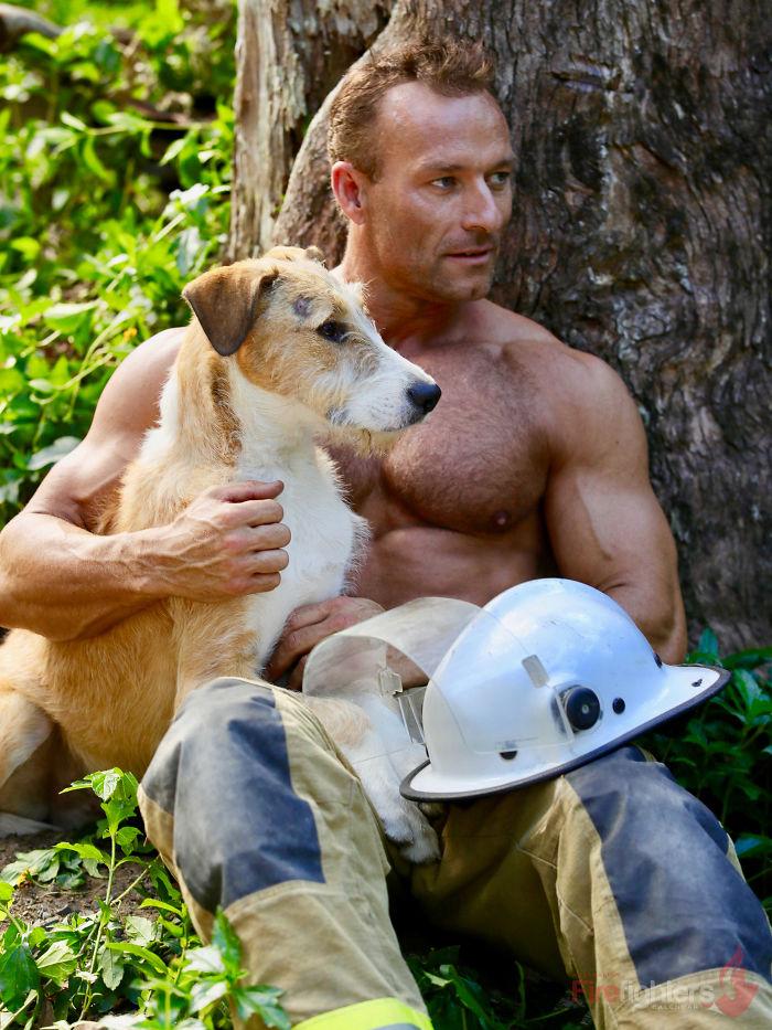 Il calendario 2019 dei pompieri australiani: in posa con gli animali per beneficenza