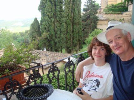 La risposta perfetta di Colin Mochrie a chi ha insultato sua figlia transessuale