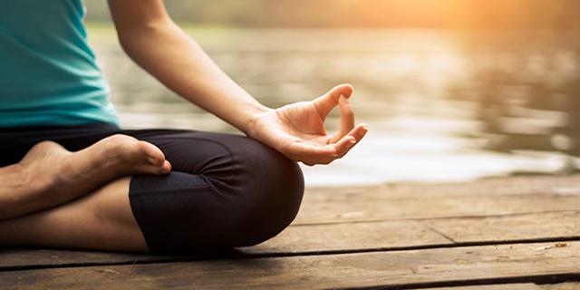Come liberare la mente con i mantra, le parole ripetute nella meditazione