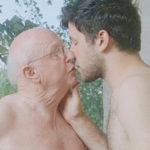 La naturalezza senza tabù dell'amore omosessuale tra uomini di ogni età in 6 scatti