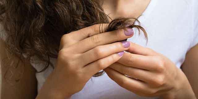 Toccarsi i capelli nel linguaggio del corpo: 6 significati che non conoscevi