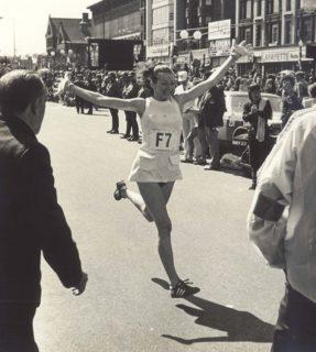 La prima donna che corse la maratona, nonostante i maltrattamenti di un uomo