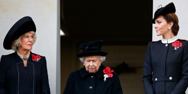 Cambio di gerarchie nella Royal Family: tutte devono inchinarsi a Camilla. Parola di Elisabetta