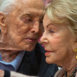 102 anni di Kirk Douglas: la storia di un grande amore che non teme i tradimenti