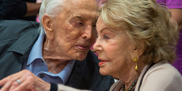 Addio a Kirk Douglas: la storia di un grande amore che non teme i tradimenti