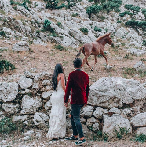 Nick e Zoe che girano il mondo con gli abiti con cui si sono sposati