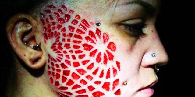 Scarificazione, quel rituale tribale che scava il volto e la pelle
