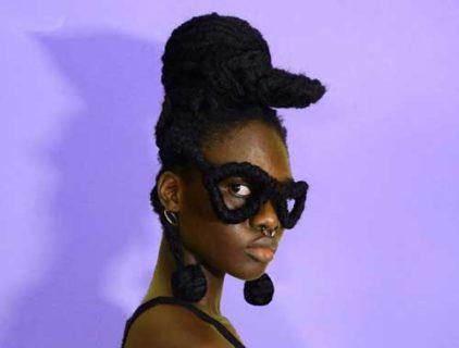 Laetitia Ky, l'artista che crea opere d'arte con i suoi capelli