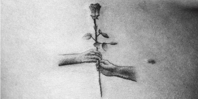 """Artista tatua 70 sconosciuti con disegni che, insieme, danno vita a questo """"corto"""""""