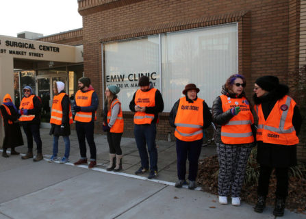 Chi sono le guardie del corpo che accompagnano le donne ad abortire