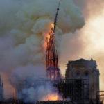 L'incendio di Notre Dame: il momento della caduta della guglia