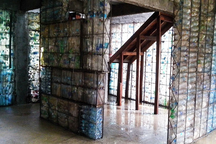 Come quest'uomo ha costruito la sua casa usando 14mila bottiglie di plastica