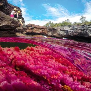 Viaggio lungo il fiume dalle acque color arcobaleno