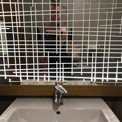 30 specchi che rendono impossibile qualsiasi selfie normale in bagno