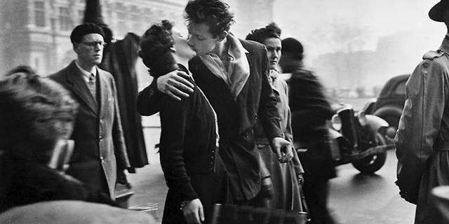 La vera storia d'amore dietro questo bacio che passò alla Storia