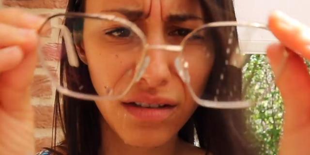 Le (dis)avventure delle donne che portano gli occhiali [VIDEO]