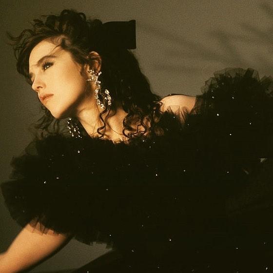 La bellezza diafana e senza tempo di Isabelle Adjani, oltre le botte e il dolore