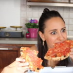 Donne e pizza: dimmi come la mangi e di ti dirò chi sei [VIDEO]