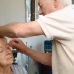 La storia di Des e Mona: lei perde la vista e lui impara a truccarla [VIDEO]