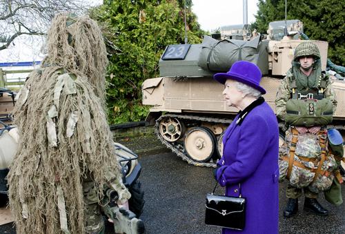 La borsa della regina Elisabetta: a cosa le serve davvero