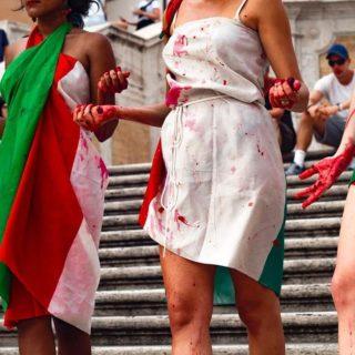 """""""Guardate, questi pomodori italiani 'sporchi di sangue'"""""""