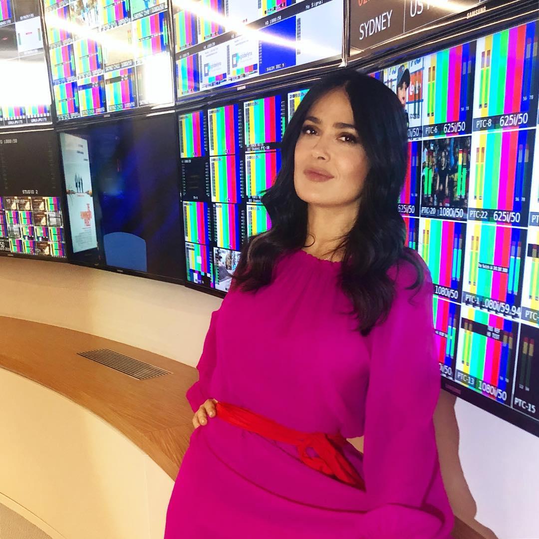 Salma Hayek che non ha paura di farsi vedere sexy o senza trucco a 52 anni