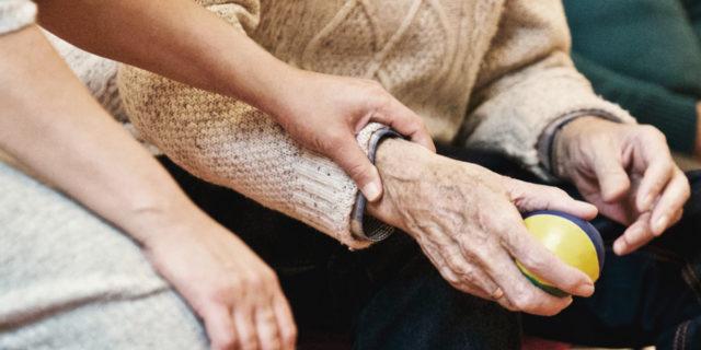 Essere caregiver, quando accudire chi amiamo rischia di farci ammalare