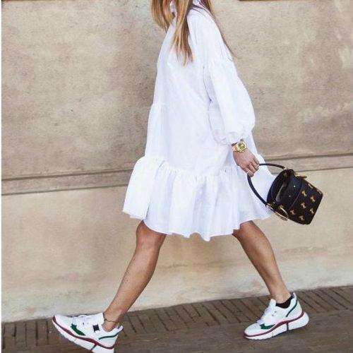 Vestiti e scarpe da ginnastica: come abbinare le sneakers ai look più eleganti