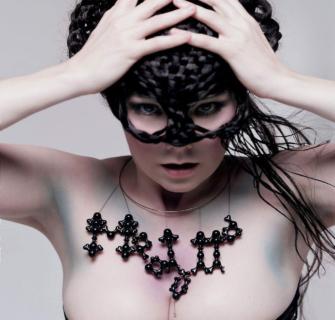 Björk, la cantante che inviò fiori alla famiglia dell'uomo che tentò di ucciderla