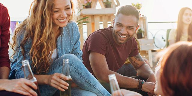 Perché un po' di alcol aiuta a parlare meglio le lingue straniere e altre strategie