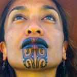 Il sorriso di Oriini Kaipara, la prima conduttrice con un tatuaggio facciale