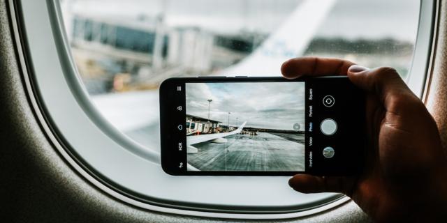 Cosa succede davvero se non metti il telefono in modalità aereo quando voli