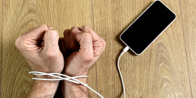 Dipendenza da cellulare, come capire se ce l'hai e se è il caso di farti curare