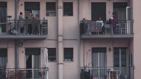 Coronavius: la coppia che balla sul balcone e i video più belli dell'Italia che resiste