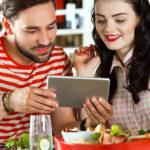 """Le app per fare l'aperitivo e cenare """"insieme"""" nonostante il coronavirus"""