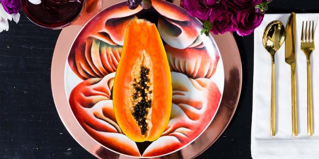 Il significato di The Dinner Party, il tavolo imbandito di vulve di Judy Chicago