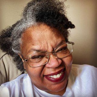 GrannyCoyBundy, chi è la nonna che spopola su TikTok con i suoi video