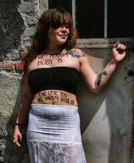 La poesia scritta sui corpi delle donne per parlare di aborto, sesso e femminilità