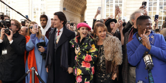 """Emily in Paris"", serie tv tutta glamour e cliché"